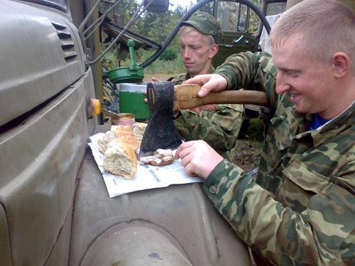 Наши солдаты настолько суровы, что сначало едят сало, а потом колят свинью